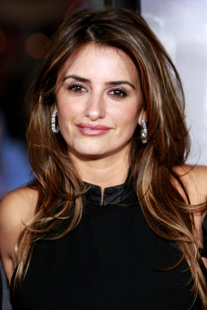 penelope-cruz-long-layered-hairstyle-with-highlights-682x1024.jpg